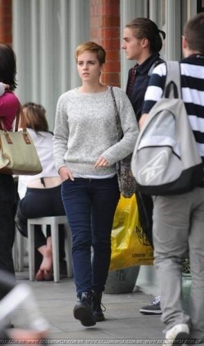 Emma Watson & Alex Watson shopping in Londres on 28/08