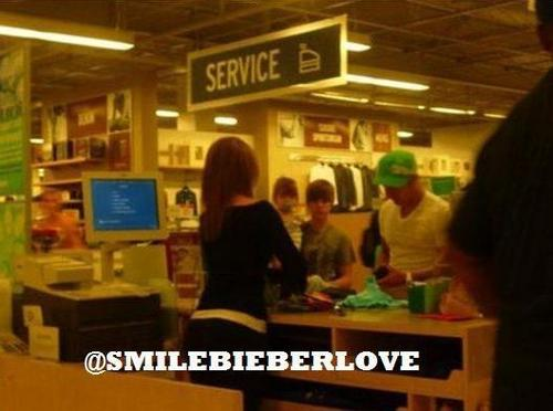 Exclusive: Justin shopping with Jazmyn and his dad