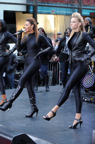 Heather Morris performing with Beyonce.