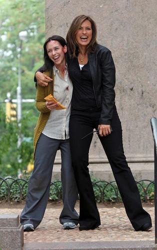 Mariska and Jennifer Любовь Hewitt filming on the Upper West Side