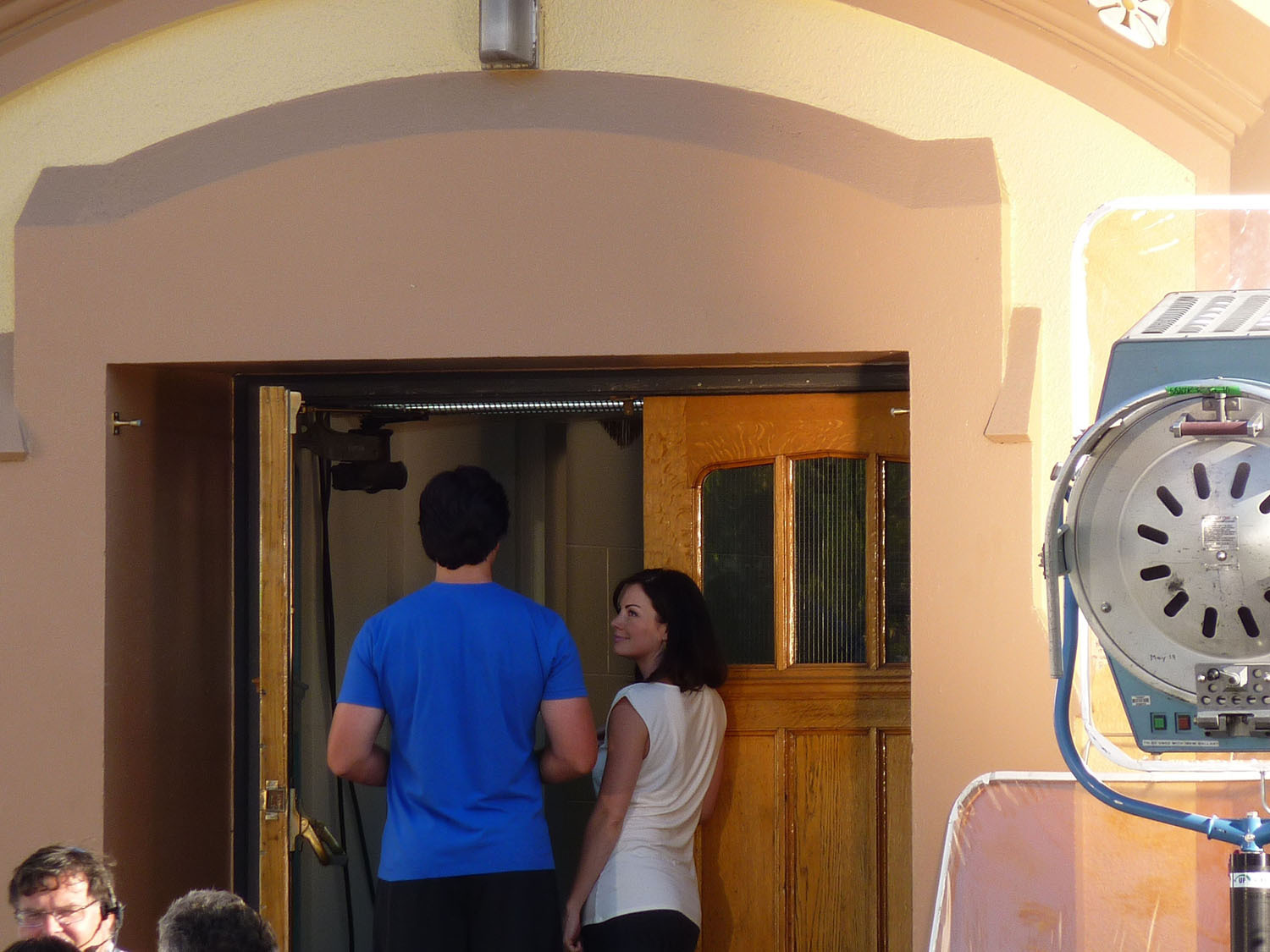 Tom Welling and Erica Durance filming the 200 episode of Thị trấn Smallville