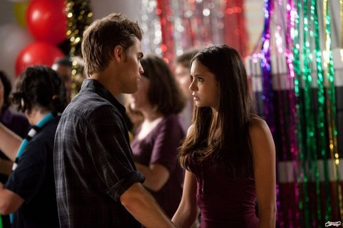 Stefan & Elena fondo de pantalla possibly with a calle called 2x02 - Valiente New World