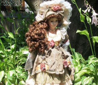 Antique porcelana Doll