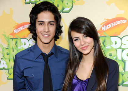 The Hunger Games پیپر وال with a portrait called Avan Jogia and Victoria Justice