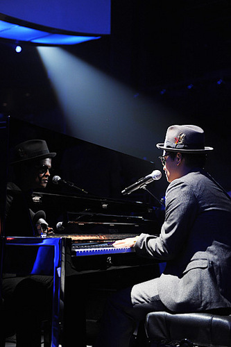 브루노 마스 바탕화면 containing a pianist entitled Bruno Mars rehearses at the Nokia Theater for the 2010 엠티비 VMAs.