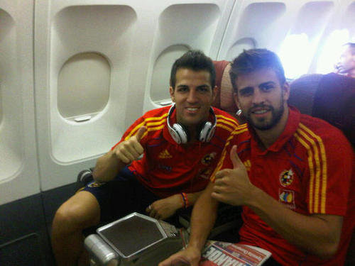 http://images4.fanpop.com/image/photos/15400000/Cesc-F-bregas-and-Gerard-Piqu-before-the-game-Spain-Argentinia-gerard-pique-15412046-500-375.jpg