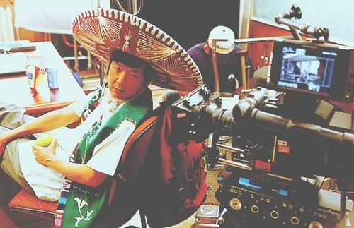 Community 壁纸 containing a sombrero, a snap brim hat, and a campaign hat titled Community behind the scenes