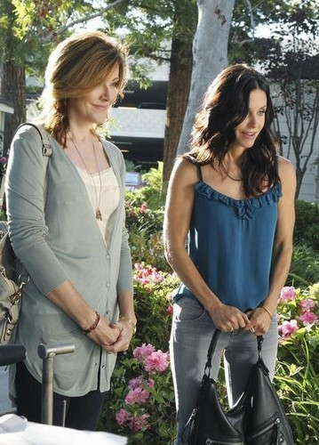 Cougar Town - Episode 2.01 - All Mixed Up - Promotional चित्रो feat Jennifer Aniston