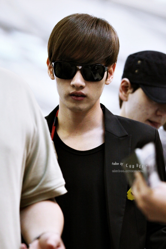 http://images4.fanpop.com/image/photos/15400000/EunHyuk-at-Incheon-super-junior-15454544-682-1023.jpg