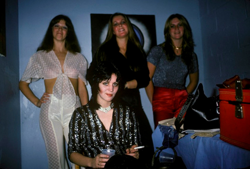 Les Runaways fond d'écran called Joan, Jackie, Lita & Sandy Backstage @ CBGB - 1976