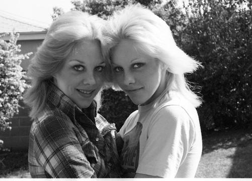 द रनअवेस वॉलपेपर probably with a sign entitled Marie & Cherie Currie - 1977