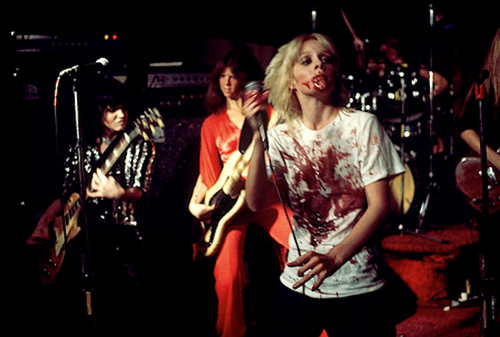 Les Runaways fond d'écran containing a concert and a guitarist titled The Runaways @ CBGB in NYC - 1976