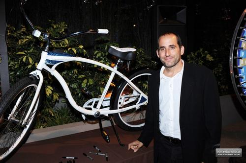 Peter Jacobson karatasi la kupamba ukuta probably with a bicycle, a velocipede, and a bicycling, kuendesha baiskeli called Fox's Fall Eco-Casino Party 2010 [September 13, 2010]