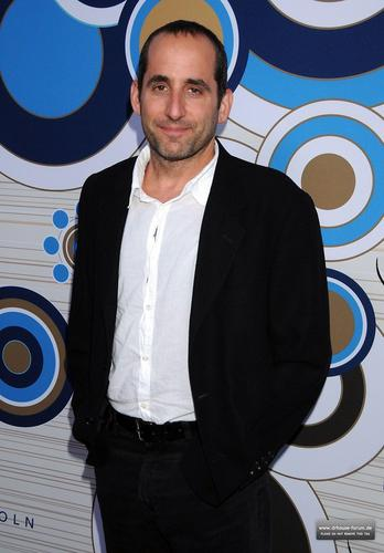 Peter Jacobson Hintergrund with a business suit called Fox's Fall Eco-Casino Party 2010 [September 13, 2010]