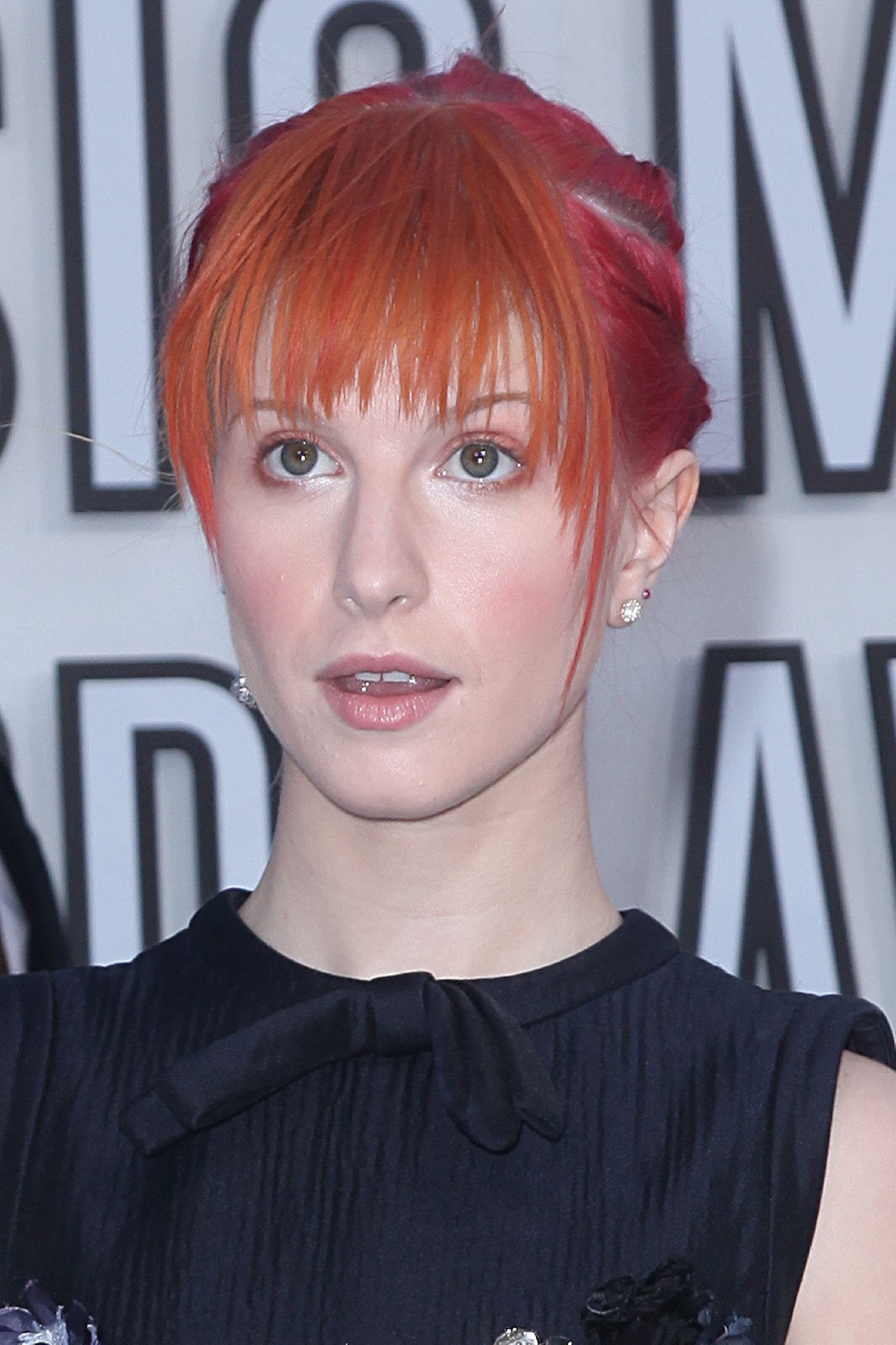http://images4.fanpop.com/image/photos/15500000/Hayley-at-Video-Music-Awards-2010-paramore-15519177-1466-2200.jpg