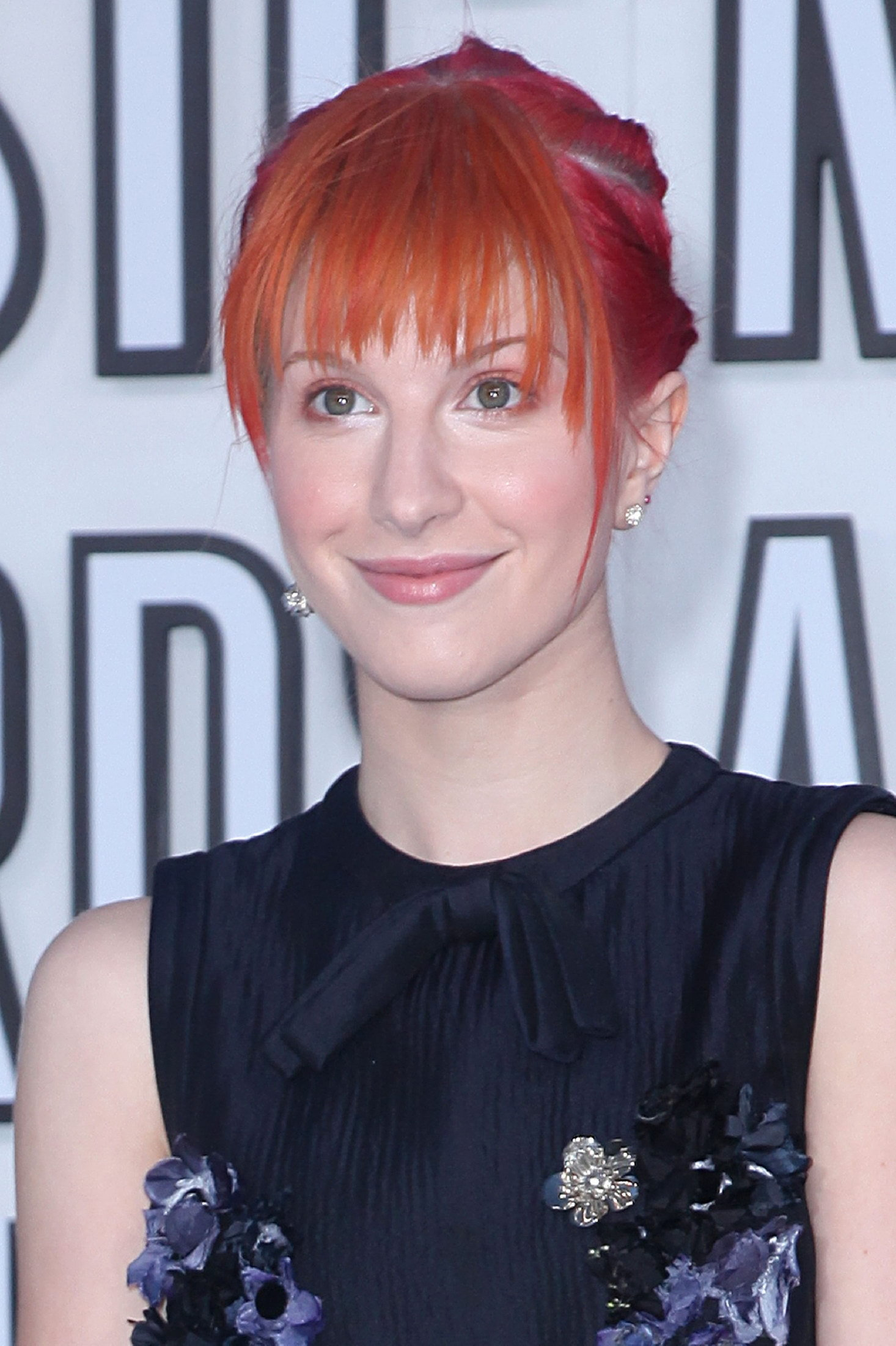 http://images4.fanpop.com/image/photos/15500000/Hayley-at-Video-Music-Awards-2010-paramore-15519181-1466-2200.jpg