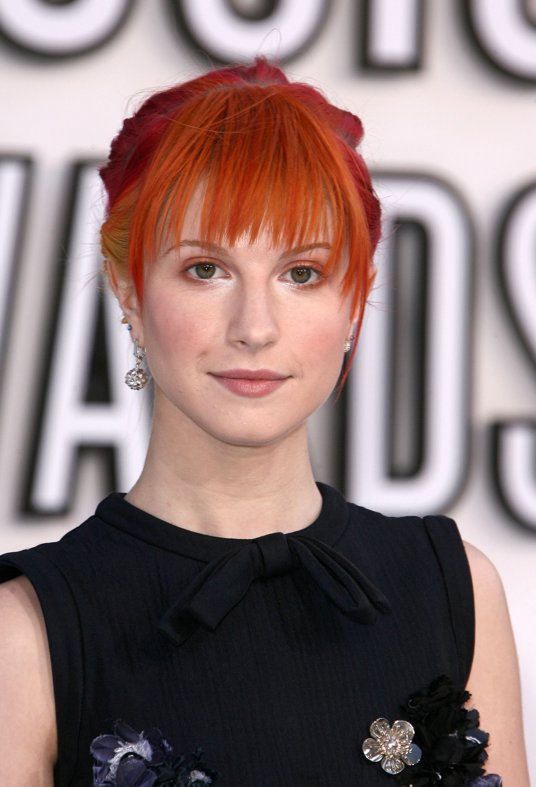 http://images4.fanpop.com/image/photos/15500000/Hayley-at-Video-Music-Awards-2010-paramore-15519206-1746-2560.jpg