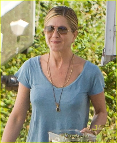 jennifer aniston fondo de pantalla probably with a lunch entitled Jennifer out in Atlanta