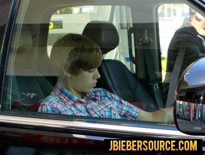 Justin on his phone - justin-bieber Photo