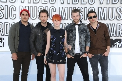 http://images4.fanpop.com/image/photos/15500000/MTV-VMAs-2010-White-Carpet-paramore-15504740-400-266.jpg