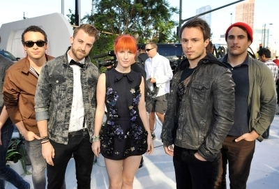 http://images4.fanpop.com/image/photos/15500000/MTV-VMAs-2010-White-Carpet-paramore-15504744-400-271.jpg
