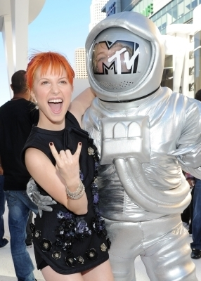 http://images4.fanpop.com/image/photos/15500000/MTV-VMAs-2010-White-Carpet-paramore-15504748-286-400.jpg