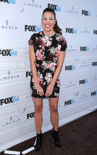 Michaela Conlin - HQ picha Of The fox, mbweha Fall Party