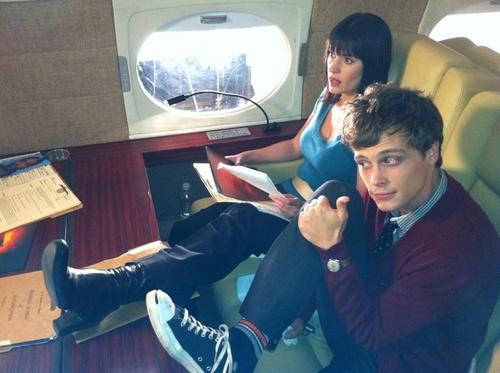 Paget & Matthew menunjukkan their shoes