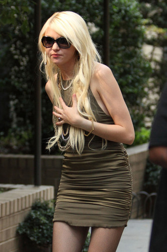 "Taylor Momsen shoots a scene for hit TV mostra ""Gossip Girl"""