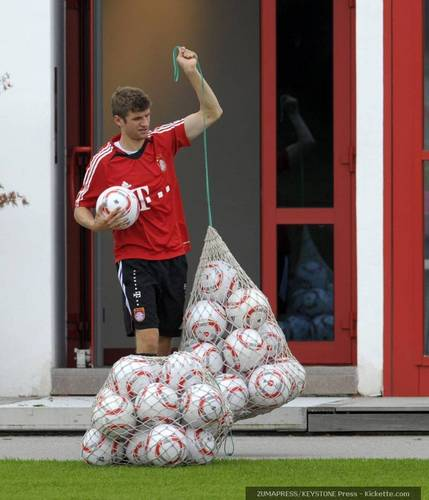 Thomas Müller the Ball Boy xD