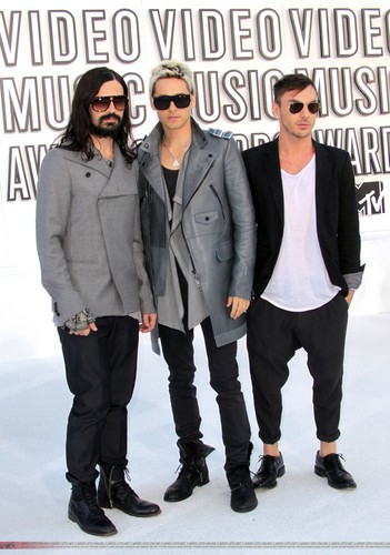 30 secondes to Mars fond d'écran with a business suit, a well dressed person, and sunglasses entitled VMA 2010 Arrivals