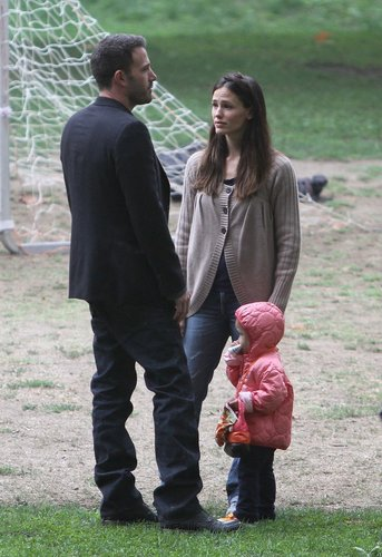 Jen and Ben take बैंगनी, वायलेट and Seraphina to play soccer!