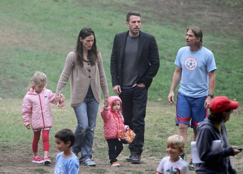 Jen and Ben take بنفشی, وایلیٹ and Seraphina to play soccer!