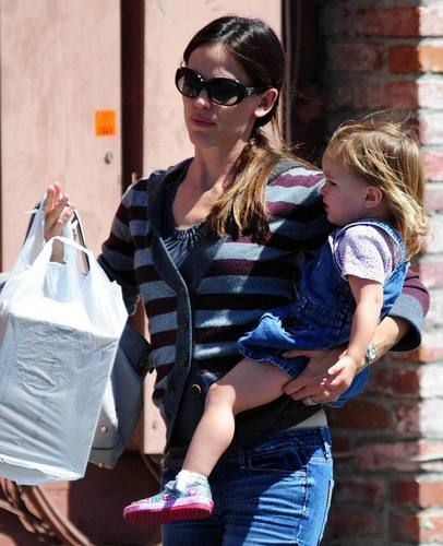 Jen takes 紫色, 紫罗兰色 and Seraphina to the Farmer's Market!
