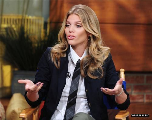 2010-09-22 AnnaLynne McCord Appears on the PIX Morning ipakita