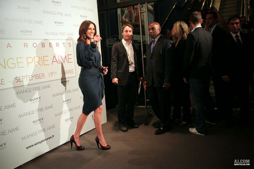 "Julia @ ""Eat, Pray, Love"" Paris Premiere"