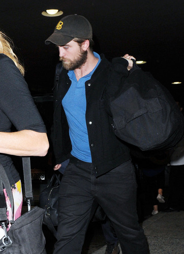 HQ Pics Of Robert Pattinson Arriving Back In LA Last Night