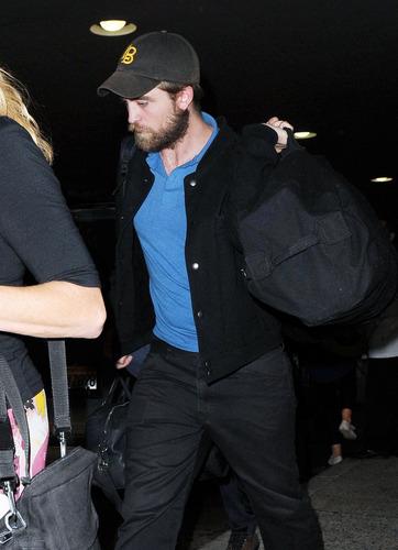 HQ Pics Of Robert Pattinson Arriving Back In LA Last Night