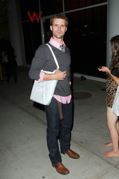 """""""House"""" étoile, star Jesse Spencer jokingly """"punches"""" a photographer outside the W hotel in West Hollywood"""