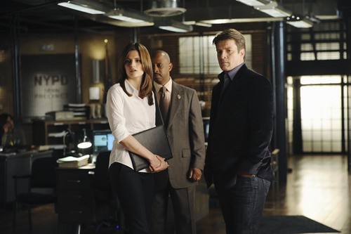 Kate Beckett karatasi la kupamba ukuta containing a business suit, a suit, and a two piece titled Castle_3x04_Punked_Promo pics