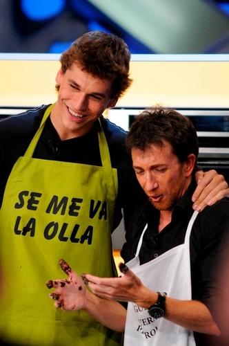 "Fernando Llorente پیپر وال probably containing a sign and a ڈنر, کھانے titled Fernando Llorente ""El Hormiguero"" (30.8.2010)"