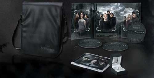 Siri-siri Twilight kertas dinding entitled French Version of The Twilight Saga 3-Disc Set Featuring Twilight, New Moon, and Eclipse!