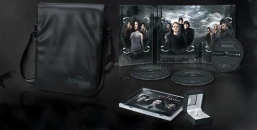 Mafuatano ya Twilight karatasi la kupamba ukuta called French Version of The Twilight Saga 3-Disc Set Featuring Twilight, New Moon, and Eclipse!