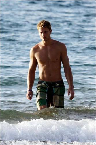Justin Hartley Hintergrund possibly with swimming trunks, a hunk, and a six pack called Justin <33
