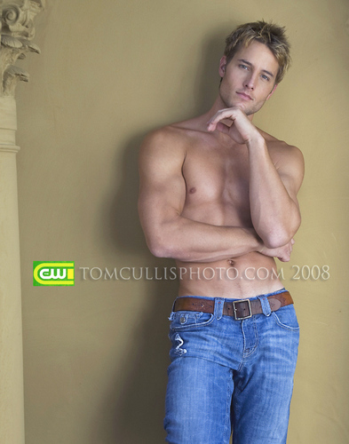 Justin Hartley wallpaper possibly containing a naco, pedaço, hunk and skin called Justin <33