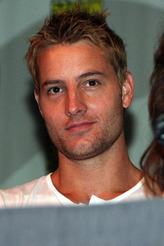 Justin Hartley karatasi la kupamba ukuta possibly containing a portrait called Justin <3333333