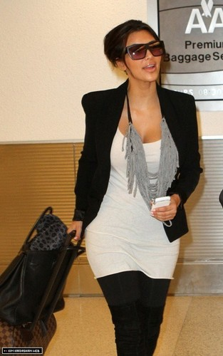 Kim is papped as she arrives in Miami International Airport 9/26/10