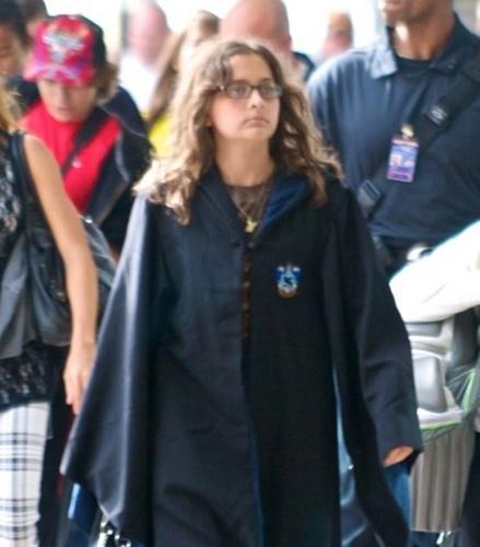 clips musicaux fond d'écran entitled Paris Jackson wears a Harry Potter robe