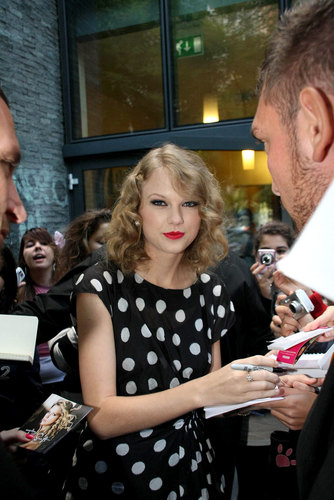 Taylor rapide, swift Arriving at Radio Deejay Studios in Milan