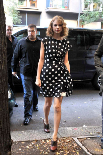 Taylor সত্বর Arriving at Radio Deejay Studios in Milan